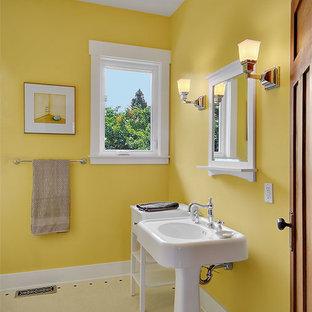 Idee per una stanza da bagno con doccia stile americano di medie dimensioni con pareti gialle, pavimento in vinile, lavabo a colonna e pavimento giallo