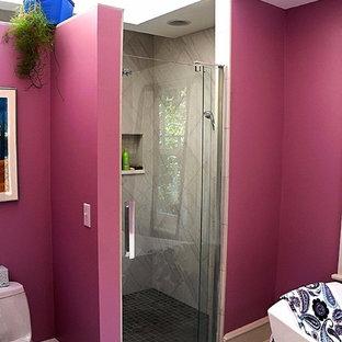 Immagine di una stanza da bagno padronale classica di medie dimensioni con vasca freestanding, doccia doppia, piastrelle grigie, piastrelle in gres porcellanato, pavimento in gres porcellanato, pavimento grigio, porta doccia a battente e pareti rosa