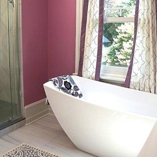 Foto di una stanza da bagno padronale classica di medie dimensioni con doccia doppia, porta doccia a battente, ante in stile shaker, ante blu, vasca freestanding, WC monopezzo, pareti rosa, pavimento in gres porcellanato, lavabo integrato, top in quarzo composito e pavimento grigio