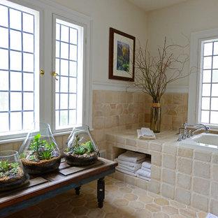 Klassisches Badezimmer En Suite mit Einbauwaschbecken, verzierten Schränken, blauen Schränken, Badewanne in Nische, beigefarbenen Fliesen, Keramikfliesen, beiger Wandfarbe und Keramikboden in Philadelphia