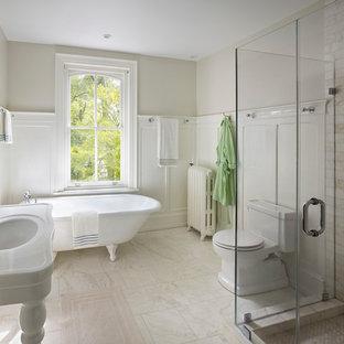 Immagine di una stanza da bagno chic con vasca con piedi a zampa di leone e lavabo a consolle