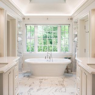 フィラデルフィアのトラディショナルスタイルのおしゃれなマスターバスルーム (白いキャビネット、置き型浴槽、白いタイル、石タイル、大理石の床、アンダーカウンター洗面器、珪岩の洗面台、落し込みパネル扉のキャビネット、白い壁) の写真