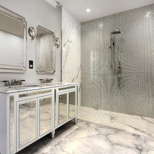 Esempio di una stanza da bagno padronale minimal con consolle stile comò, ante bianche, doccia a filo pavimento, piastrelle in metallo, pareti grigie, pavimento in marmo, lavabo sottopiano, top in marmo, pavimento bianco, doccia aperta e top bianco