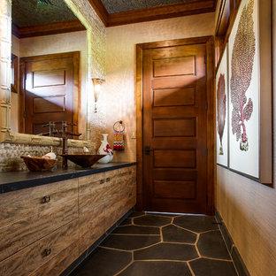 Tropenstil Badezimmer mit Aufsatzwaschbecken in Vancouver