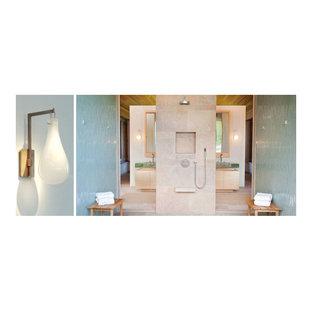 Immagine di una grande stanza da bagno padronale minimalista con lavabo integrato, ante lisce, ante in legno chiaro, top in vetro, doccia a filo pavimento, piastrelle blu e pavimento in pietra calcarea