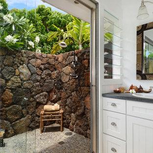 Diseño de cuarto de baño exótico con lavabo encastrado, puertas de armario blancas, ducha abierta, armarios con paneles empotrados y encimeras grises