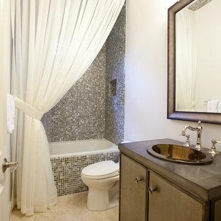 Foto de cuarto de baño con ducha, clásico, de tamaño medio, con baldosas y/o azulejos en mosaico, armarios con paneles lisos, puertas de armario marrones, bañera empotrada, combinación de ducha y bañera, baldosas y/o azulejos multicolor, paredes blancas, suelo de travertino, lavabo encastrado, encimera de cemento, suelo beige y ducha con cortina