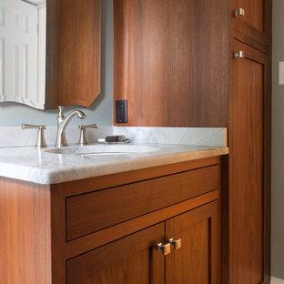 リッチモンドのおしゃれな浴室 (シェーカースタイル扉のキャビネット、中間色木目調キャビネット、青い壁、淡色無垢フローリング、オーバーカウンターシンク) の写真