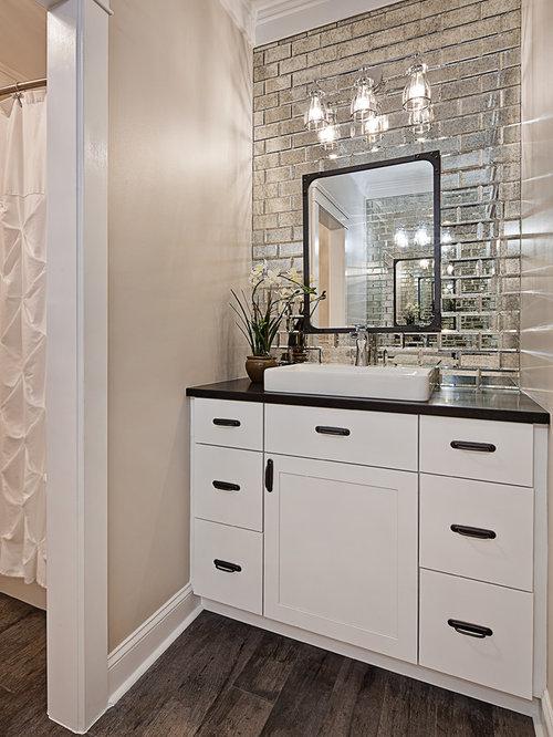 Badezimmer mit Granit-Waschbecken/Waschtisch und Spiegelfliesen ...
