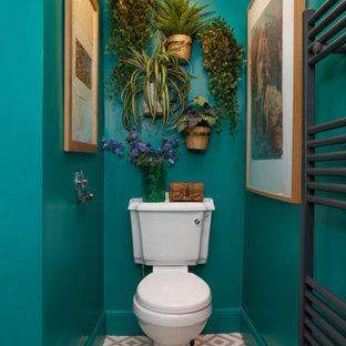 На фото: детская ванная комната среднего размера в стиле фьюжн с зелеными стенами, полом из линолеума, серым полом и раздельным унитазом