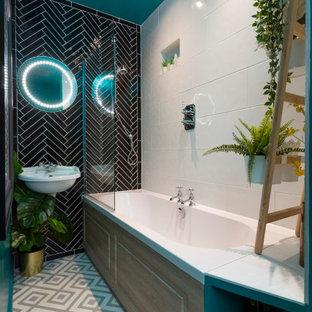 Ispirazione per una stanza da bagno per bambini bohémian di medie dimensioni con vasca da incasso, vasca/doccia, pistrelle in bianco e nero, piastrelle in ceramica, pavimento in linoleum, lavabo sospeso, pavimento grigio e doccia aperta