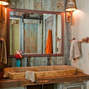 Idéer för rustika brunt badrum, med träbänkskiva