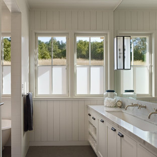 サンフランシスコのカントリー風おしゃれな浴室 (大理石の洗面台、横長型シンク) の写真
