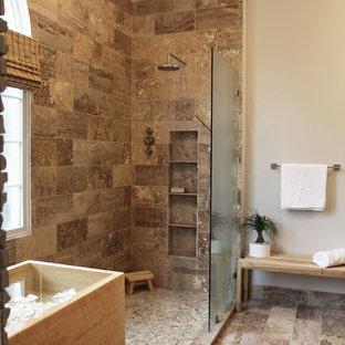Bild på ett stort orientaliskt en-suite badrum, med släta luckor, ett japanskt badkar, en öppen dusch, en toalettstol med separat cisternkåpa, brun kakel, grå väggar, travertin golv, ett fristående handfat och travertinkakel