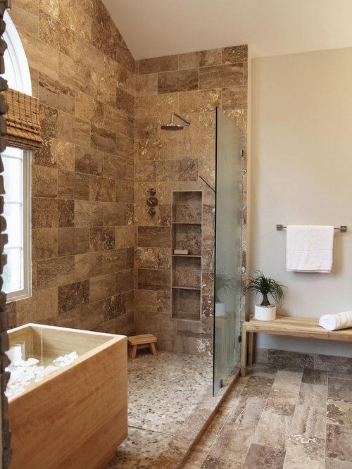 Salle de bain avec un sol en travertin et un carrelage - Salle de bain avec sol noir ...