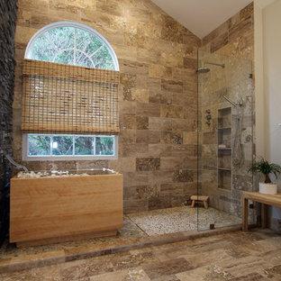 Diseño de cuarto de baño principal, asiático, grande, con armarios con paneles lisos, puertas de armario negras, bañera japonesa, ducha abierta, sanitario de dos piezas, baldosas y/o azulejos beige, baldosas y/o azulejos marrones, baldosas y/o azulejos grises, baldosas y/o azulejos multicolor, baldosas y/o azulejos de piedra, paredes grises, suelo de travertino y lavabo sobreencimera