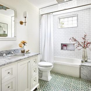Modelo de cuarto de baño clásico renovado, pequeño, con armarios estilo shaker, puertas de armario blancas, bañera empotrada, combinación de ducha y bañera, sanitario de dos piezas, baldosas y/o azulejos blancos, baldosas y/o azulejos de cemento, paredes blancas, suelo de baldosas de cerámica, lavabo bajoencimera, encimera de mármol, suelo verde, ducha con cortina y encimeras grises