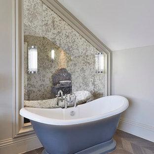 Diseño de cuarto de baño principal, contemporáneo, grande, con lavabo bajoencimera, armarios con rebordes decorativos, puertas de armario beige, encimera de mármol, bañera exenta, combinación de ducha y bañera, sanitario de una pieza, baldosas y/o azulejos blancos, baldosas y/o azulejos con efecto espejo, paredes blancas y suelo de madera en tonos medios