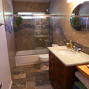 Salle de bain avec un sol en ardoise et une plaque de galets ...