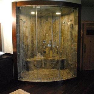 Modelo de cuarto de baño principal, moderno, de tamaño medio, con ducha doble, suelo de madera oscura, lavabo sobreencimera, suelo marrón y ducha con puerta con bisagras