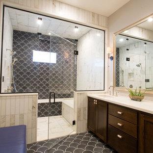 Imagen de cuarto de baño principal, clásico renovado, grande, con armarios con paneles empotrados, puertas de armario de madera en tonos medios, bañera encastrada sin remate, ducha doble, baldosas y/o azulejos grises, baldosas y/o azulejos de cemento, paredes grises, suelo de azulejos de cemento, lavabo bajoencimera y encimera de mármol