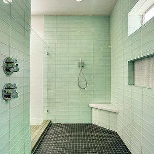 Immagine di una grande stanza da bagno padronale minimal con lavabo da incasso, ante lisce, ante grigie, top in marmo, vasca freestanding, doccia doppia, WC monopezzo, piastrelle verdi, piastrelle di vetro, pareti bianche e pavimento con piastrelle in ceramica