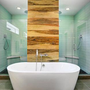 Immagine di una grande stanza da bagno padronale design con lavabo da incasso, ante con riquadro incassato, ante grigie, top in vetro, vasca freestanding, doccia doppia, WC monopezzo, piastrelle verdi, piastrelle di vetro, pareti bianche e pavimento con piastrelle in ceramica
