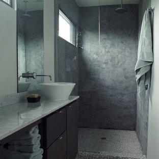 Mittelgroßes Modernes Badezimmer En Suite mit flächenbündigen Schrankfronten, braunen Schränken, bodengleicher Dusche, schwarz-weißen Fliesen, Kieselfliesen, weißer Wandfarbe, Kiesel-Bodenfliesen, Aufsatzwaschbecken und Marmor-Waschbecken/Waschtisch in Houston