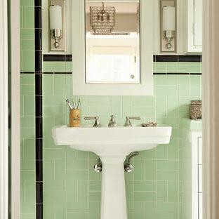 Cette photo montre une salle de bain victorienne avec un lavabo de ferme et un carrelage vert.