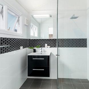 Kleines Modernes Duschbad mit flächenbündigen Schrankfronten, schwarzen Schränken, bodengleicher Dusche, weißer Wandfarbe, Keramikboden und schwarz-weißen Fliesen in Brisbane