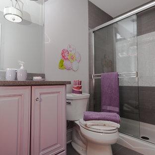 シカゴの中サイズのラスティックスタイルのおしゃれな子供用バスルーム (レイズドパネル扉のキャビネット、紫のキャビネット、アルコーブ型シャワー、分離型トイレ、グレーのタイル、セラミックタイル、白い壁、セラミックタイルの床、アンダーカウンター洗面器、珪岩の洗面台、グレーの床、引戸のシャワー) の写真