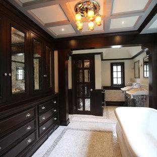 ニューヨークのトラディショナルスタイルのおしゃれな浴室 (置き型浴槽、コンソール型シンク) の写真
