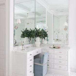 ダラスの巨大なトラディショナルスタイルのおしゃれなマスターバスルーム (シェーカースタイル扉のキャビネット、白いキャビネット、白い壁、大理石の床、大理石の洗面台、白い床、白い洗面カウンター、造り付け洗面台、格子天井) の写真