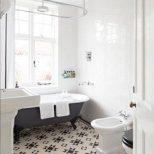 Ispirazione per una stanza da bagno chic di medie dimensioni con vasca con piedi a zampa di leone, vasca/doccia, bidè, piastrelle bianche, piastrelle diamantate, pareti bianche, lavabo a colonna e pavimento con piastrelle in ceramica