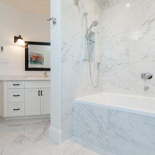 Foto di una stanza da bagno chic con ante con riquadro incassato, ante bianche, vasca da incasso, vasca/doccia, piastrelle di marmo, pareti bianche, pavimento in marmo, lavabo da incasso, doccia con tenda e top in marmo