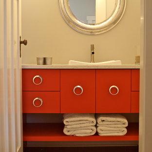 Immagine di una stanza da bagno design di medie dimensioni con lavabo a bacinella, ante lisce, ante rosse, top in quarzo composito, WC a due pezzi, piastrelle grigie, piastrelle in pietra, pareti grigie e parquet chiaro