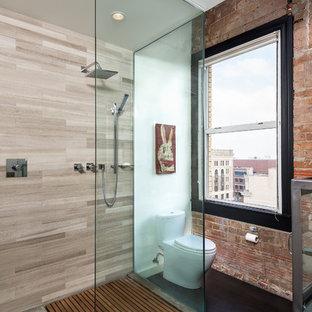 Идея дизайна: ванная комната в стиле лофт с унитазом-моноблоком, открытым душем, бежевой плиткой, каменной плиткой, белыми стенами и открытым душем