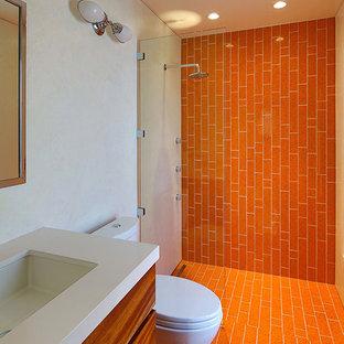 Idéer för ett stort modernt badrum med dusch, med släta luckor, skåp i mellenmörkt trä, en öppen dusch, en toalettstol med separat cisternkåpa, orange kakel, keramikplattor, vita väggar, klinkergolv i keramik, ett undermonterad handfat, bänkskiva i kvartsit, orange golv och med dusch som är öppen