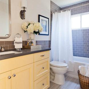 Immagine di una stanza da bagno per bambini stile marino con ante in stile shaker, ante gialle, top in quarzo composito, piastrelle grigie, piastrelle in ceramica e pavimento con piastrelle in ceramica