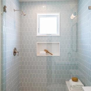 Modelo de cuarto de baño infantil, marinero, pequeño, con armarios estilo shaker, puertas de armario grises, baldosas y/o azulejos blancos, paredes blancas, suelo de madera clara, lavabo bajoencimera, encimera de cuarzo compacto, suelo beige y encimeras blancas