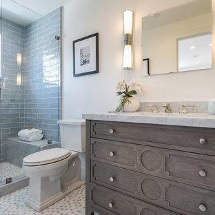 Ejemplo de cuarto de baño infantil, costero, pequeño, con armarios estilo shaker, puertas de armario grises, baldosas y/o azulejos blancos, paredes blancas, suelo de madera clara, lavabo bajoencimera, encimera de cuarzo compacto, suelo beige y encimeras blancas
