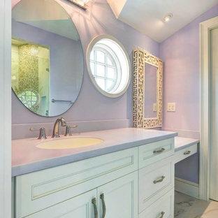 Ispirazione per una stanza da bagno stile marino con top viola