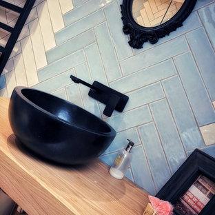 На фото: детская ванная комната среднего размера в стиле модернизм с фасадами островного типа, светлыми деревянными фасадами, открытым душем, унитазом-моноблоком, белой плиткой, керамической плиткой, белыми стенами, полом из ламината, настольной раковиной, столешницей из ламината и открытым душем с