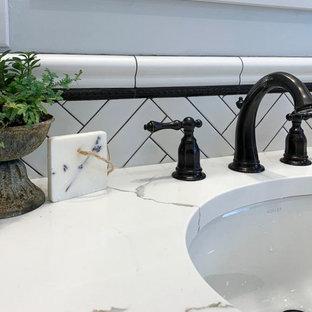 フィラデルフィアの小さいモダンスタイルのおしゃれなバスルーム (浴槽なし) (落し込みパネル扉のキャビネット、濃色木目調キャビネット、モノトーンのタイル、サブウェイタイル、大理石の洗面台、マルチカラーの洗面カウンター、ドロップイン型浴槽、コーナー設置型シャワー、アンダーカウンター洗面器、分離型トイレ、青い壁、モザイクタイル、マルチカラーの床、開き戸のシャワー) の写真