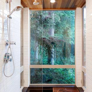 Modern inredning av ett litet en-suite badrum, med släta luckor, skåp i ljust trä, ett platsbyggt badkar, en dusch/badkar-kombination, en toalettstol med separat cisternkåpa, vit kakel, keramikplattor, vita väggar, bambugolv, ett undermonterad handfat och bänkskiva i kvartsit