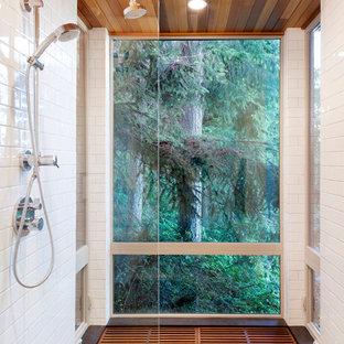 На фото: маленькая главная ванная комната в современном стиле с плоскими фасадами, белой плиткой, белыми стенами, полом из бамбука, душем без бортиков, плиткой кабанчик и открытым душем с