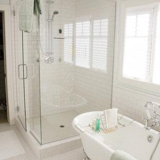 Ispirazione per una stanza da bagno padronale tradizionale di medie dimensioni con vasca con piedi a zampa di leone, doccia ad angolo, piastrelle bianche, piastrelle in ceramica, pareti bianche e pavimento in gres porcellanato