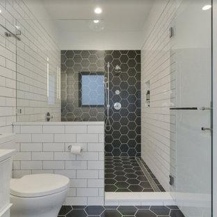 На фото: главная ванная комната среднего размера в стиле модернизм с плоскими фасадами, белыми фасадами, отдельно стоящей ванной, душевой комнатой, раздельным унитазом, белой плиткой, плиткой кабанчик, белыми стенами, полом из керамогранита, врезной раковиной, столешницей из искусственного кварца, черным полом, душем с распашными дверями и белой столешницей с