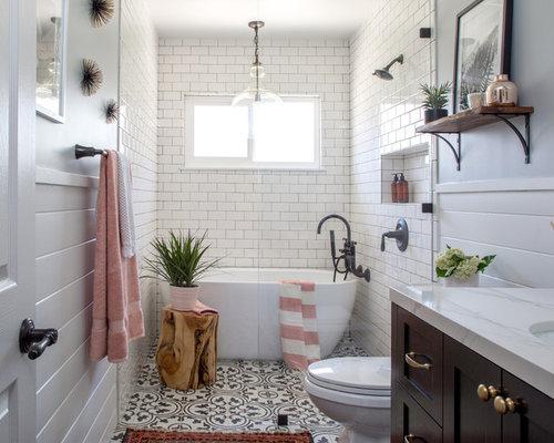 Mittelgroßes Landhaus Duschbad Mit Schrankfronten Im Shaker Stil,  Freistehender Badewanne, Weißen Fliesen,