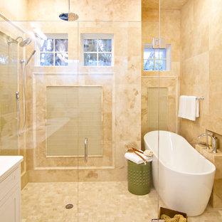 Foto di una grande stanza da bagno padronale tropicale con vasca freestanding, ante con riquadro incassato, ante bianche, pareti bianche e pavimento con piastrelle in ceramica